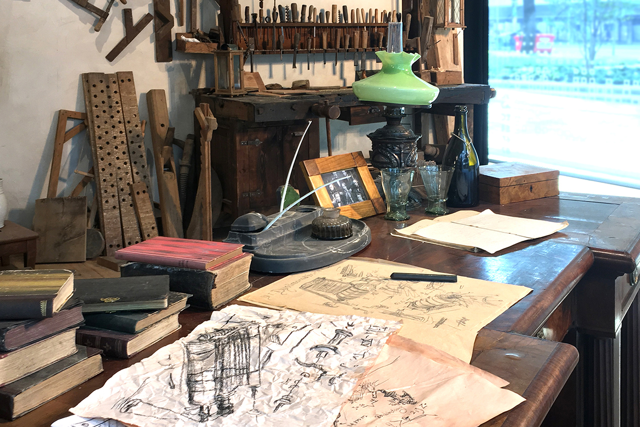 In order to give Werner von Siemens energy a space so one could imagine looking over his shoulder when he worked, meticulous detailed work has been put into the exhibition Werner's Garage